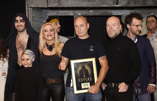 Mirjam s manželem Danem na 150. repríze muzikálu Krysař v divadle Kalich přebírali i ocenění za 150 000 prodaných desek s písněmi z muzikálu.