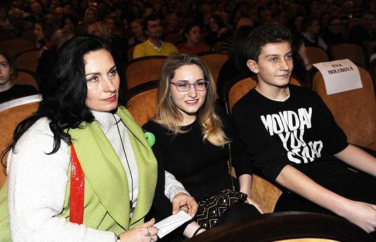 Jan s maminkou a kamarádkou v kině