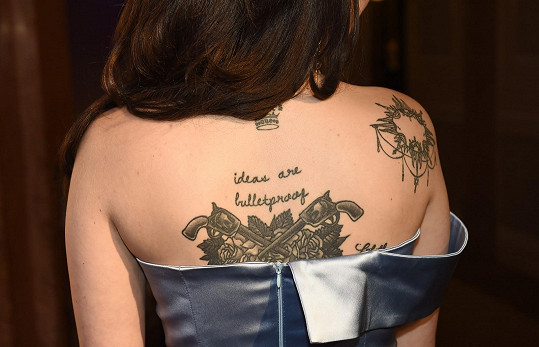 Záda jí zdobí vlastní šperk, tetování.
