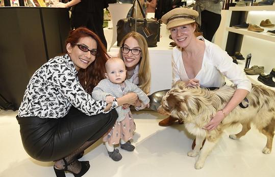 S lidským i psím mládětem se mazlila i Eva Decastelo.