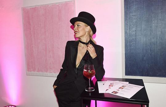 Simona byla jedním z hlavních hostů na charitativním večírku ve stylu kabaretu pořádaném nadačním fondem Be Charity.
