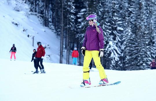 Téhle holce to sluší i na snowboardu!