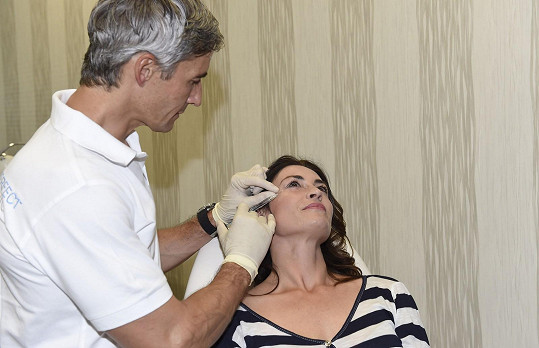 Injekce dostala nejprve do oblasti kolem pravého oka.