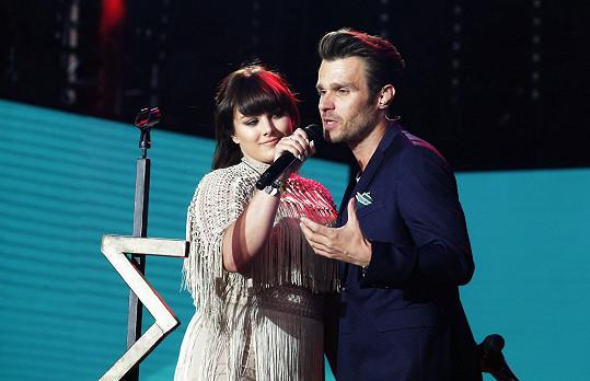Na pódiu se po svém vystoupení dělila o mikrofon s Leošem Marešem.