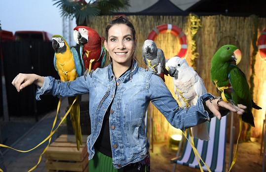 Eva na beach párty obsypaná papoušky