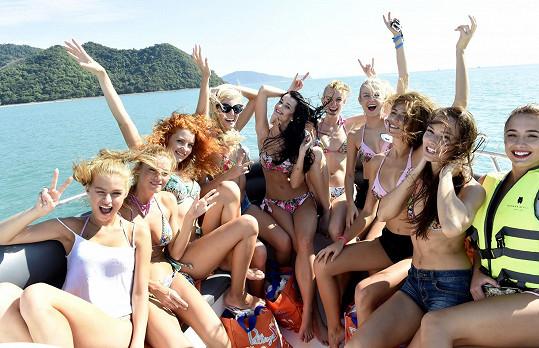 Dívky odjíždějí z Phuketu na soukromý ostrov.