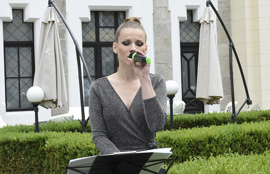 Při příchodu hostů a nevěsty zpívala Michaela Gemrotová.