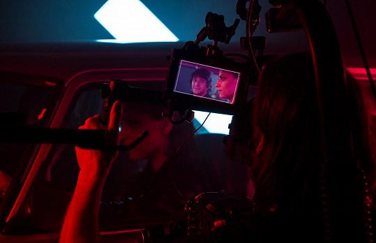 V klipu si zahráli i její herečtí kolegové a kamarádi.