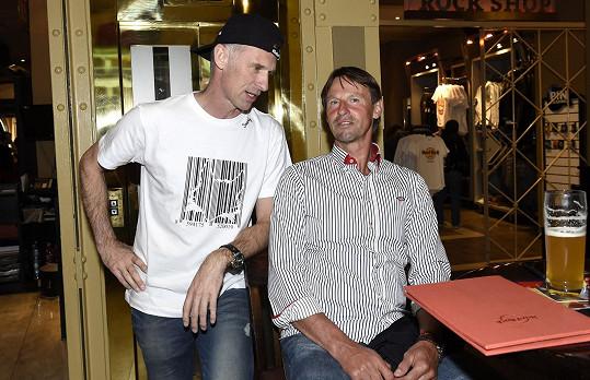 Hašek vyrazil sledovat zápas s kamarádem.