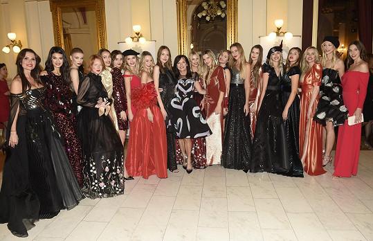 S ostatními modelkami a návrhářkou Beatou Rajskou (uprostřed)