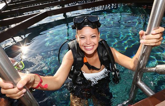 A Monika vyzkoušela potápění s přístrojem.