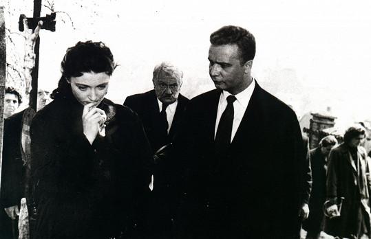 V detektivce si zahrála také mladá Jana Štěpánková. Na snímku se Stanislavem Neumannem (uprostřed) a Vladimírem Menšíkem