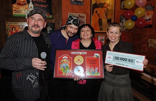 Zpěvák přebral platinovou desku za pohádkové CD a věnoval 30 tisíc korun nadaci DebRa.