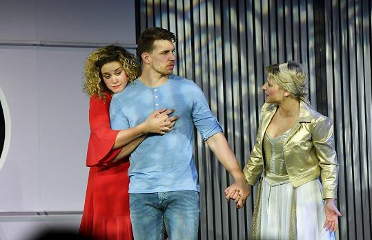 Peter Pecha hraje v představení i se svou snoubenkou Kateřinou Sedlákovou.
