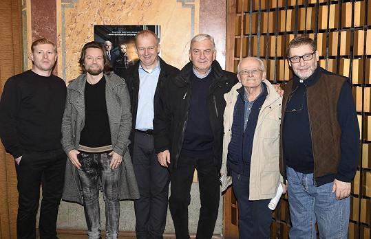 Nový televizní film uvedl na tiskové konferenci se svými kolegy.