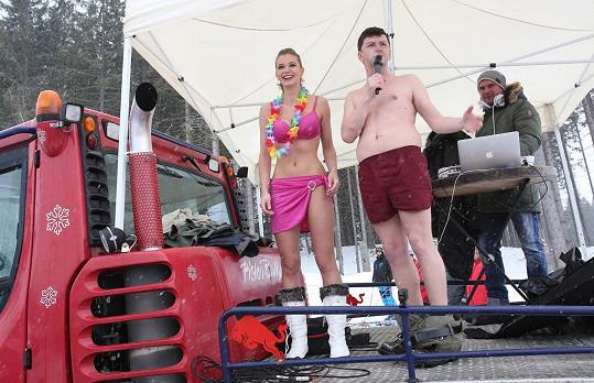 Bikiny Ski Franková dokonce s místním moderátorem v plavkách zahajovala.