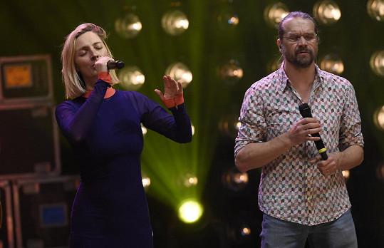 V Národním divadle vystupovala s Danem Bártou, s nímž nazpívala duet Domů.