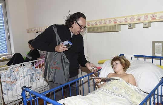 V rámci akce navštívil i děti na dětském urologickém oddělení Všeobecné fakultní nemocnice v Praze.