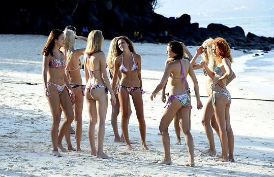Holky fotily na panenské pláži se sněhobílým pískem televizní upoutávku.