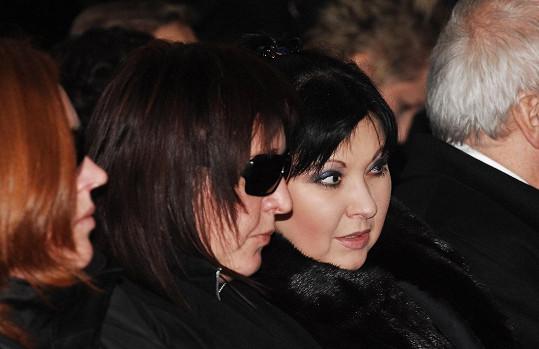 Simona Pizingerová na pohřbu Karla Svobody ve společnosti Dády Patrasové.