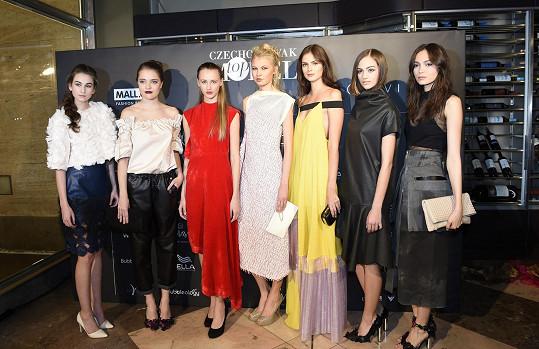 Eva Poloniová (třetí z prava) s kolegyněmi modelkami a vítězkami letošního ročníku Czechoslovak TopModel