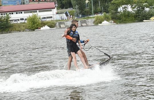 Zuzana na Jet Surfu s Matyášem Kulichem