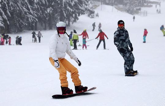 Páreček na snowboardu.