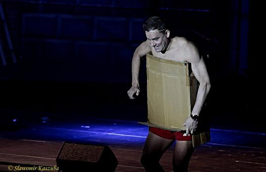 Předvedl se jen v trenkách a krabici.