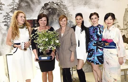 Olga s majitelkou salonu, Evou Josefíkovou, Jitkou Schneiderovou a Lilian Sarah Fischerovou
