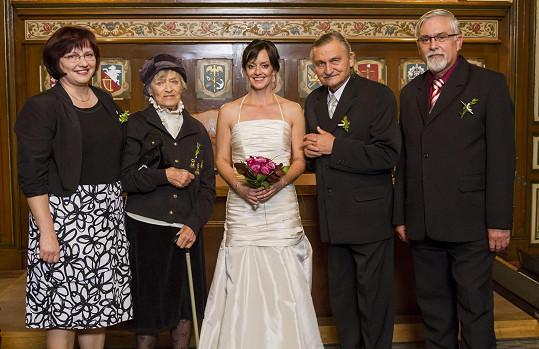Svatební foto vypadalo jako ze skutečného rodinného alba.