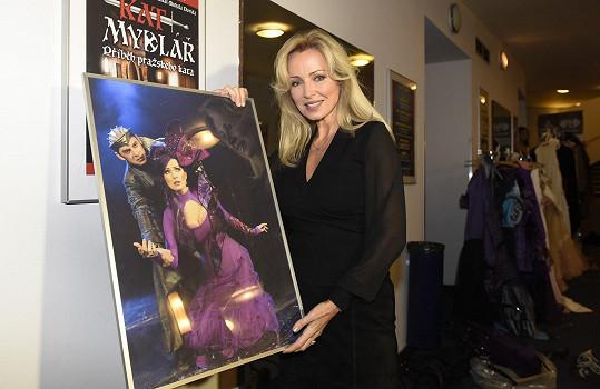 Brožová s plakátem z představení Kat Mydlář.