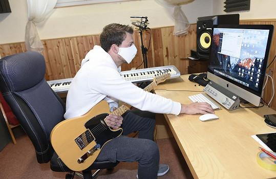 V domě, kde bydlí, má i malé studio.