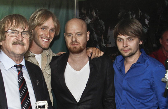 Hudební skladatel se svými syny Jakubem, Karlem a Pepou, kterého ožení.