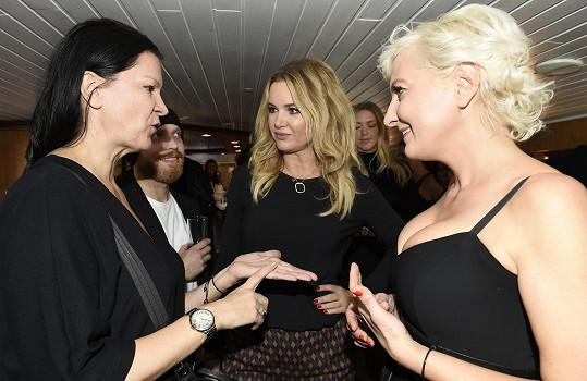 Bára s návrhářkou Táňou Kovaříkovou a Monikou Babišovou, která přispívá do jejího charitativního bazaru.