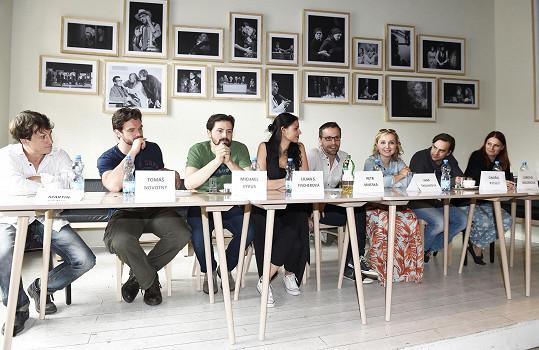Celá herecká parta na tiskové konferenci