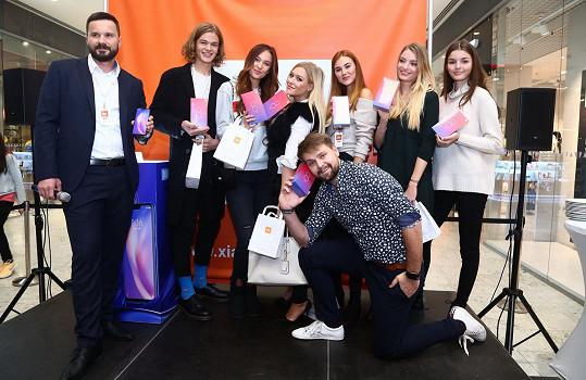 Už se věnuje pracovním povinnostem, v obchodním centru v Hradci Králové otevíral za přítomnosti známých osobností obchod s telefony.