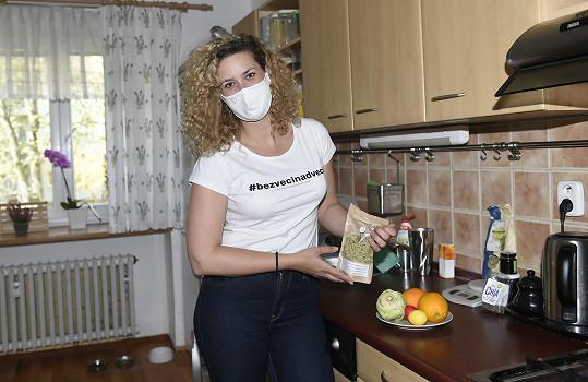 Katka doma v kuchyni, kde teď vaří častěji než dřív.