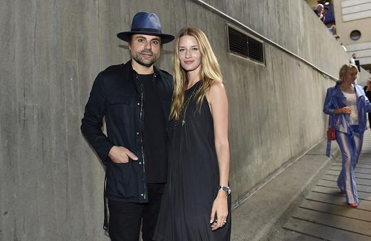 Do Čech Lindu její snoubenec Jamison doprovází zřídkakdy. Mercedes Benz Prague Fashion Week si ale nenechal ujít.