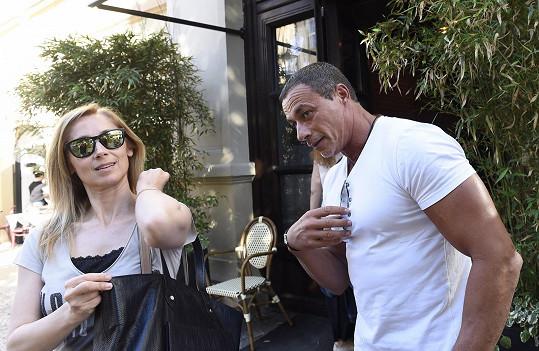 Zpěvačka se byla ochotná fotit až v momentu, kdy nasadila sluneční brýle.
