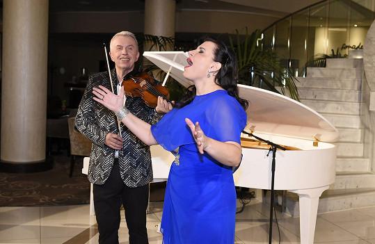 Na housle ji doprovodil Jaroslav Svěcený.