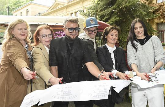 Zahajoval spolu s dalšími známými tvářemi provoz food trucku pod Petřínem.