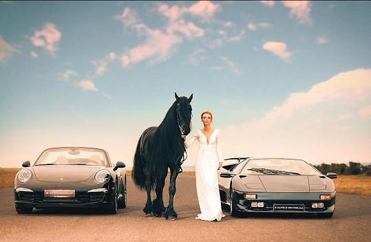 Silná auta a krásný kůň, Hanka si focení užívala.