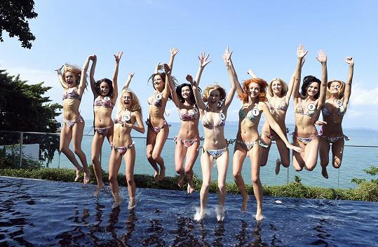 Dívky mají v Thajsku hodně nabitý program a tak na dovádění v bazénu není moc čas.