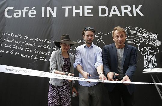 S kolegy Janou Strykovou a Václavem Neužilem v roce 2017 otevřel kavárnu Potmě nadace Světluška.