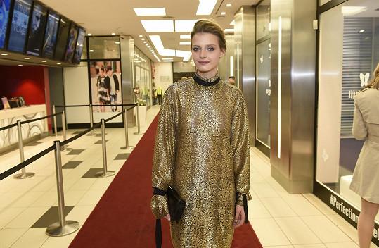 Simona ve zlatých šatech ve tvaru kokonu od Jiřího Kalfaře.