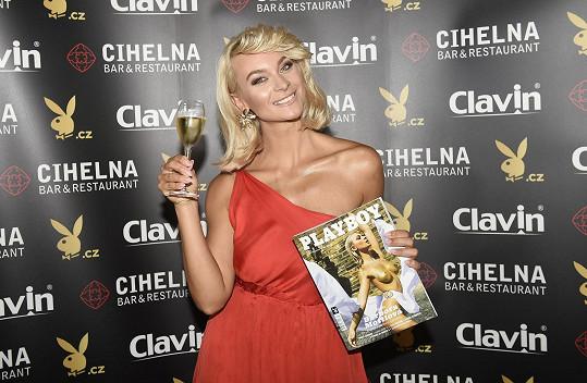 Bára Mottlová na křtu čísla Playboye, kde je na titulce.