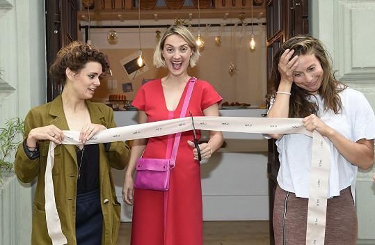 Bára s Evou Samkovou a Markétou Děrgelovou při stříhání slavnostní pásky