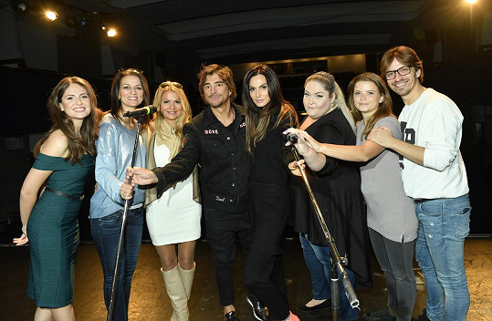 Zpěvačka se svými kolegy na castingu muzikálu Kvítek mandragory.