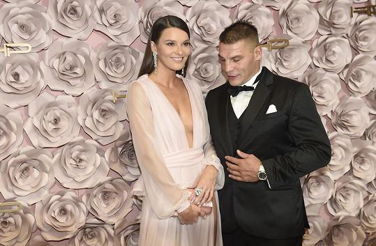 Na plese v Táboře ho víc než zaujala Nikol Švantnerová. Bohužel pro Petra, je zadaná.