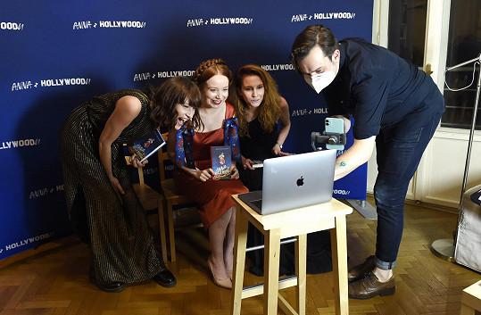 Potkali jsme se na online křtu knihy její kamarádky Aleny Dolákové (uprostřed), kterou křtila i její kolegyně ze Slunečné Bára Jánová.